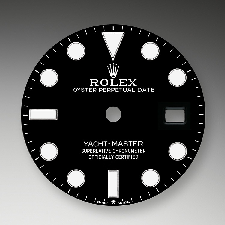 Like all Rolex Professional watches, the Yacht-Master 42offers exceptional legibility in all circumstances, and especially in the dark, thanks to its Chromalight display. The broad hands and hour markers in simple shapes – triangles, circles, rectangles – are filled with a luminescent material emitting a long-lasting glow.