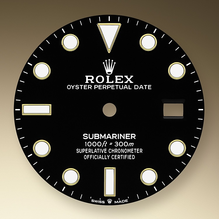 The dial's luminescent Chromalight display is an innovation that improved visibility in dark environments, an essential feature for divers. Hour markers in simple shapes – triangles, circles, rectangles – and broad hour and minute hands enable instant and reliable reading to prevent any risk of confusion underwater.