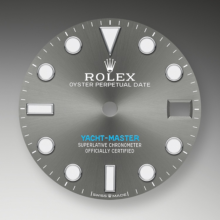 Like all Rolex Professional watches, the Yacht-Master 37offers exceptional legibility in all circumstances, and especially in the dark, thanks to its Chromalight display. The broad hands and hour markers in simple shapes – triangles, circles, rectangles – are filled with a luminescent material emitting a long-lasting glow.