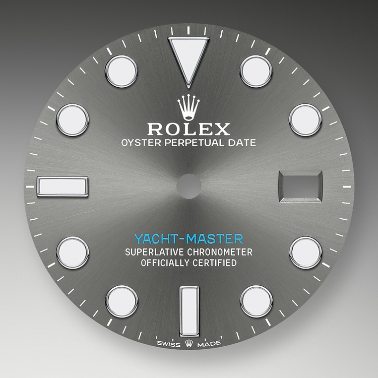 Like all Rolex Professional watches, the Yacht-Master 40offers exceptional legibility in all circumstances, and especially in the dark, thanks to its Chromalight display. The broad hands and hour markers in simple shapes – triangles, circles, rectangles – are filled with a luminescent material emitting a long-lasting glow.
